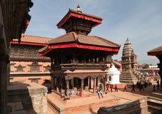 Tempel av Durbar kvadrerar med folk i Bhaktapur Royaltyfria Foton
