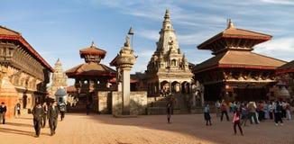 Tempel av Durbar kvadrerar med folk i Bhaktapur Royaltyfria Bilder