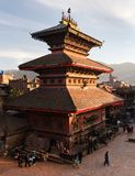 Tempel av Durbar kvadrerar med folk i Bhaktapur Royaltyfri Foto