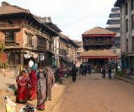 Tempel av Durbar kvadrerar med folk i Bhaktapur Arkivfoton