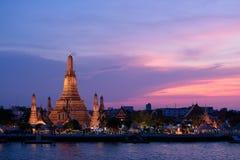 Tempel av gryning av Bangkok på den färgrika solnedgånghimmelsikten från Chaophraya flodkryssning Royaltyfria Bilder