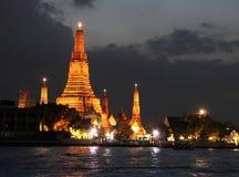 Tempel av gryning eller Wat Arun på natten Royaltyfri Bild