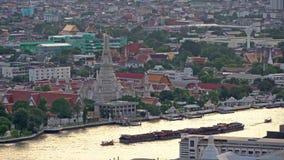 Tempel av gryning med Chao Phraya River på solnedgången i den Bangkok staden, Thailand buddistiskt tempel 4K cityscape VDO lager videofilmer