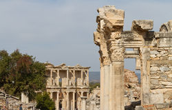 Tempel av Hadrian och arkiv av Celsus Royaltyfria Foton