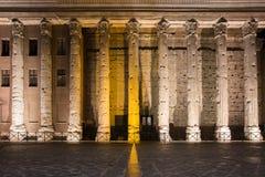 Tempel av Hadrian, upplysta kolonner för natt Arkivfoto