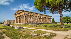 Tempel av Hera på den berömda Paestum arkeologiska platsen, Campania, Italien Fotografering för Bildbyråer