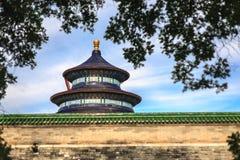 Tempel av himmelsikten från trädgård Royaltyfri Bild