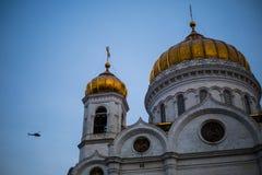 Tempel av Kristus frälsaren i Moskva och en helikopter Royaltyfri Foto