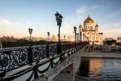 Tempel av Kristus frälsaren och den fot- bron. Moskva Ryssland Arkivbilder