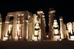 Tempel av Luxor på natten Royaltyfria Foton