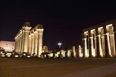 Tempel av Luxor på natten Arkivfoto