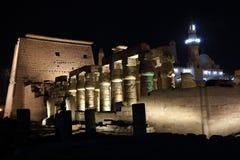 Tempel av Luxor på natten Royaltyfri Bild