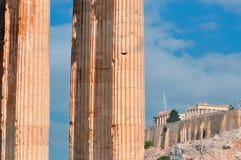 Tempel av olympiska Zeus och akropolen med Parthenon Royaltyfria Bilder