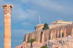 Tempel av olympiska Zeus och akropolen med Parthenon Arkivfoton