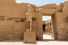 Tempel av Ramses 3. - den huvudsakliga ingången till en borggård i den forntida staden av Thebes, Karnak, Luxor, Egypten royaltyfri fotografi