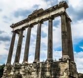 Tempel av Saturn i Roman Forum - Rome, Italien Royaltyfri Fotografi