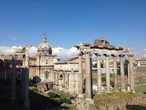 Tempel av Saturn och Santi Luca e Martina i Rome Royaltyfri Fotografi