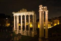 Tempel av Saturn och Vespasian på natten Arkivfoton