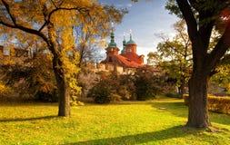 Tempel av St.Lawrence i den Petrin trädgården i Prague Arkivbilder