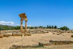 Tempel av svängbara hjulet och Pollux i dalen av tempel - Agrigento, Sicilien, Italien Royaltyfri Bild