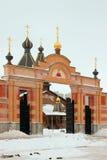 Tempel av vår dam av Troeruchnitsa. Moskva. Port. Arkivfoton