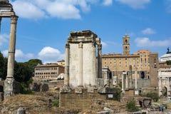 Tempel av Vesta Corinthiankolonner i Roman Forum, Rome, Italien royaltyfria bilder
