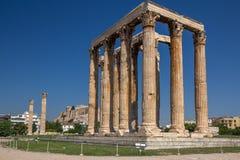 Tempel av Zeus med akropolen i bakgrunden, Aten, Grekland royaltyfri fotografi