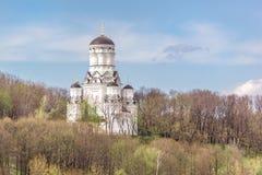 Tempel in de de lente bos en blauwe hemel Royalty-vrije Stock Afbeeldingen