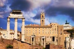Tempel der Gießmaschine und des Pollux mit dem Tabularium-Gebäude im Hintergrund, Teile Roman Forums Lizenzfreie Stockfotos