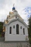 Tempel der Ikone unsere Dame von Sorgen beruhigen mein weibliches Kloster der Sorgen-heiligen Dreiheit-Georgievsky im Dorf Lesnoy Lizenzfreie Stockfotos