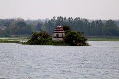 Tempel in der Mitte von Dalpat Sagar Lake stockbilder