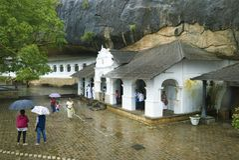 Tempel des goldenen Tempels Schlafensbuddha an einem regnerischen Tag, Dambulla, Sri Lanka Stockfotografie