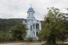 Tempel des Märtyrers Huara im weiblichen Kloster der Dreiheit-Georgievsky im Dorf Lesnoye, Adler-Bezirk Krasnodar-Region Stockbild