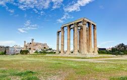 Tempel des olympischen Zeus, Akropolis im Hintergrund Stockbild