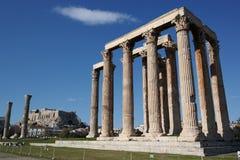 Tempel des olympischen Zeus, Athen, Akropolis im Hintergrund stockfotos