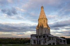 Tempel door de het plaatsen zon tegen de achtergrond van stad 001 wordt aangestoken die Stock Foto