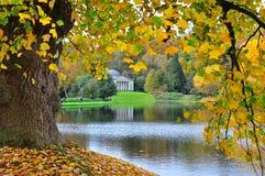 Tempel door Herfstbladeren, Stourhead-Tuin wordt ontworpen die royalty-vrije stock foto's