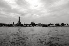 Tempel durch den Fluss stockfotografie