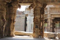 Tempel einer Hampi Vittala der musikalischen Säulengruppe im mantap mit dem verschiedenen Gottschnitzen Lizenzfreies Stockbild