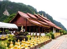 Tempel en berg met hemel royalty-vrije stock afbeeldingen