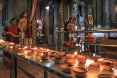 Tempel en de kaarsen die door toeristen binnen Batu wordt de aangestoken hollen binnen Kuala Lumpur, Maleisië uit De Batuholen zi Stock Foto
