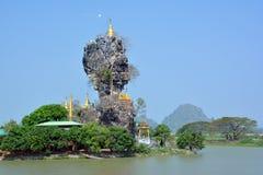 Tempel för budddhist för Kyauk Kalap Kyaut KaLat i Hpa-An, Myanmar Arkivbilder