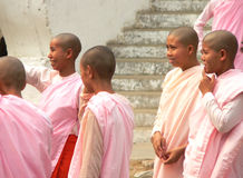 tempel för ingångskullmandalay nunnor Royaltyfri Foto