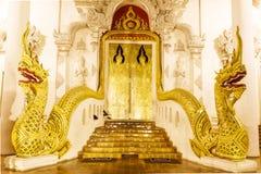 Tempel för luang för chedi för wat för guld- stil för konst thai Fotografering för Bildbyråer
