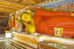 tempel för statyer för sri för buddha isurumuniyalanka Arkivfoto
