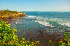 Tempel för Tanah lottvatten i Bali Indonesien naturlandskap Arkivfoto