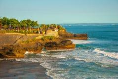 Tempel för Tanah lottvatten i Bali Indonesien naturlandskap Royaltyfria Bilder