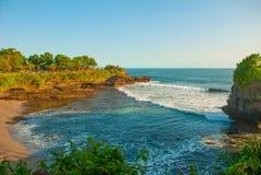 Tempel för Tanah lottvatten i Bali Indonesien naturlandskap Arkivbilder