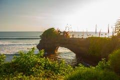 Tempel för Tanah lottvatten i Bali Indonesien naturlandskap Arkivbild