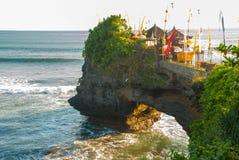 Tempel för Tanah lottvatten i Bali Indonesien naturlandskap Arkivfoton